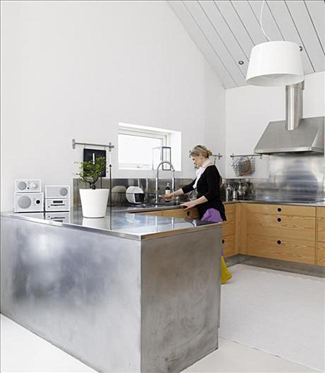 Остров из нержавеющей стали в интерьере белой кухни