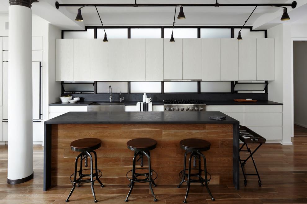 Окно на месте кухонного фартука на стильной кухне