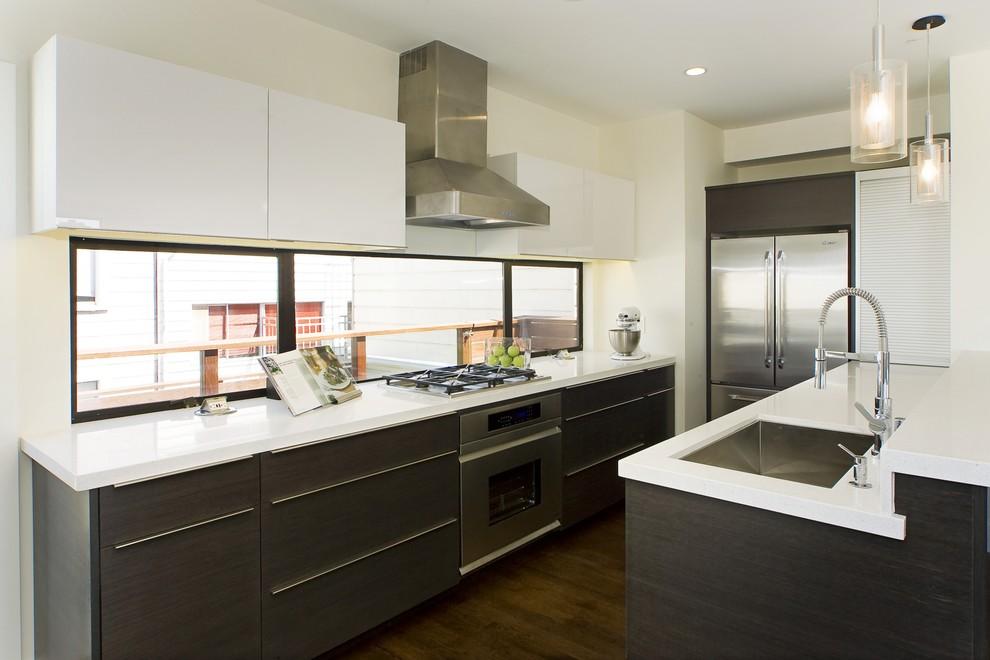 Современная кухня в серо-белых тонах с окном на месте кухонного фартука