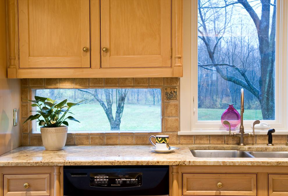 Окно у рабочей поверхности на кухне