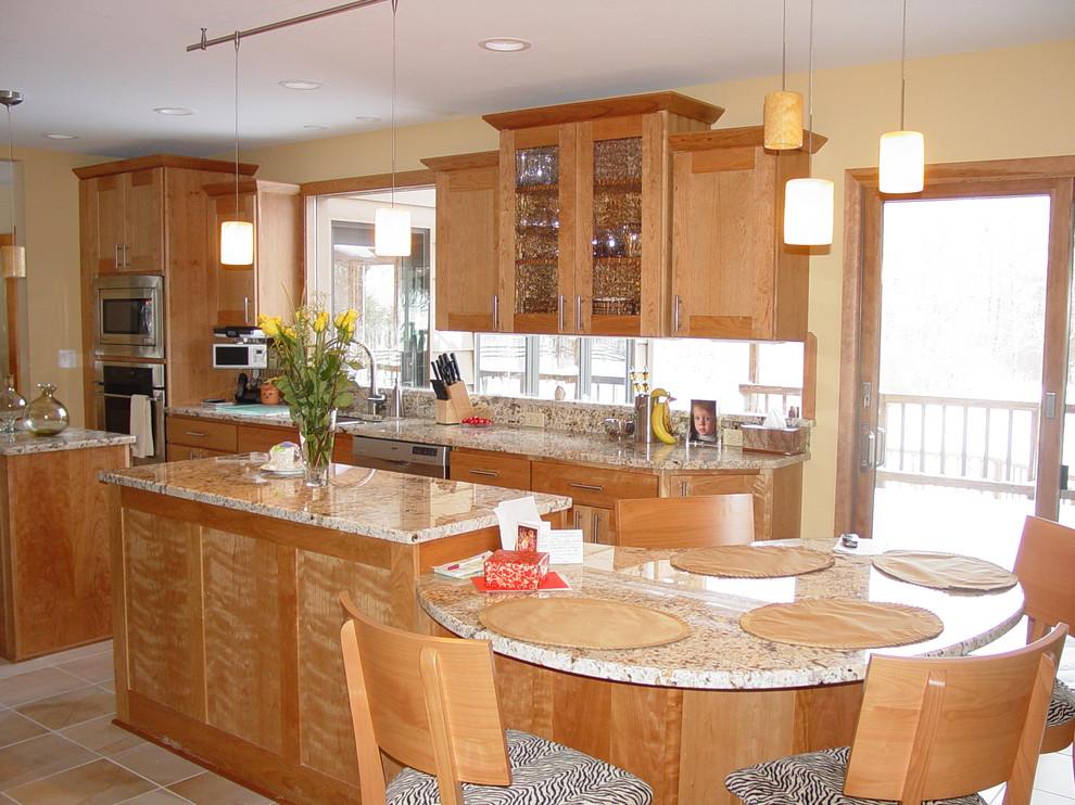 Кухня с мебелью из дерева и рабочей поверхностью у окна