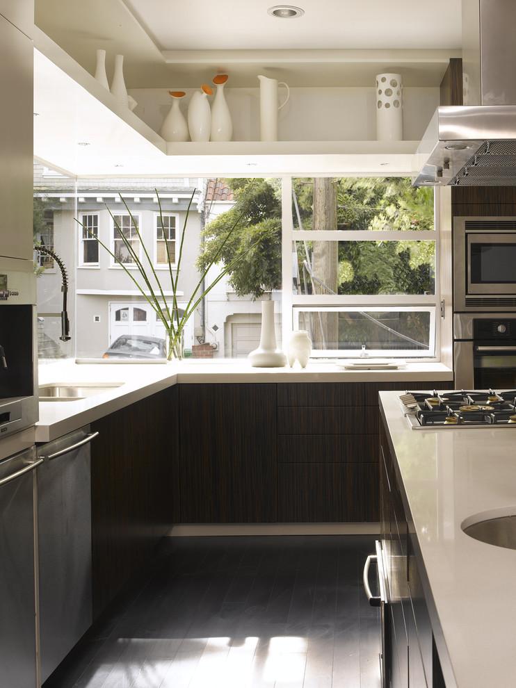 Угловой стеклянный фартук на кухне в коричневых тонах
