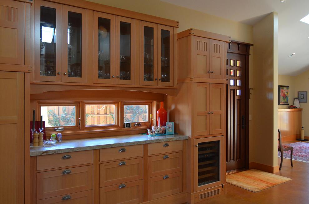 Кухня в бежевом цвете с небольшими открывающимися окнами над рабочей поверхностью