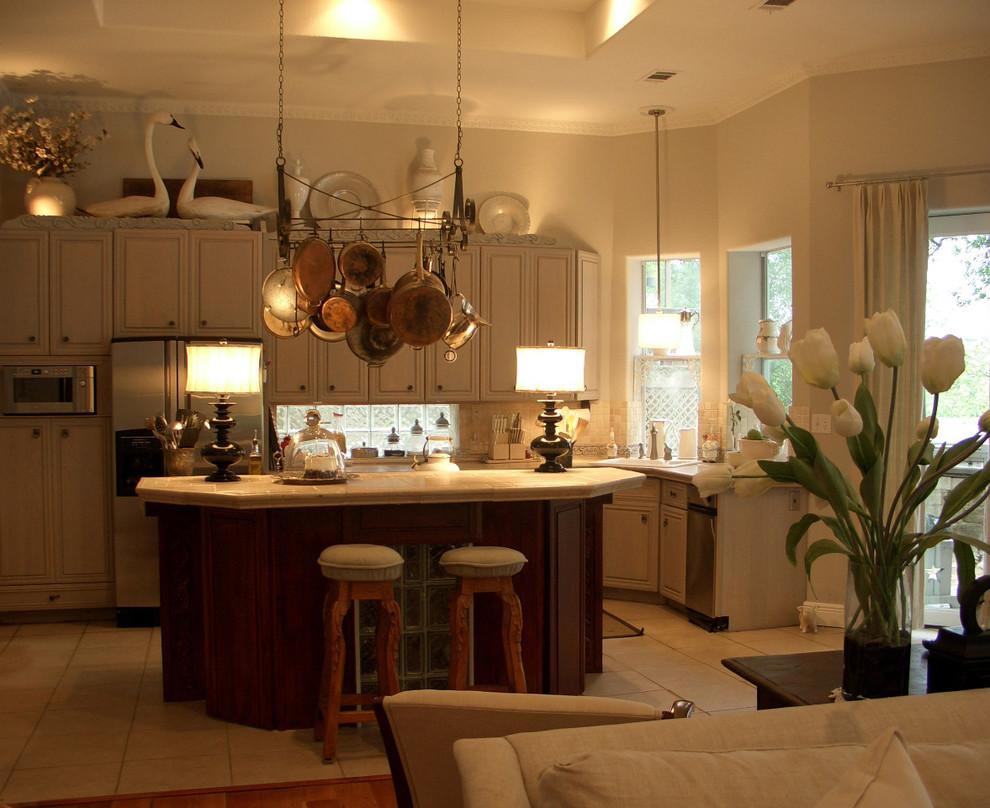 Кухня с фартуком из стеклянных блоков