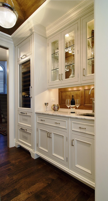 Дизайнерский холодильник для вина в интерьере кухни