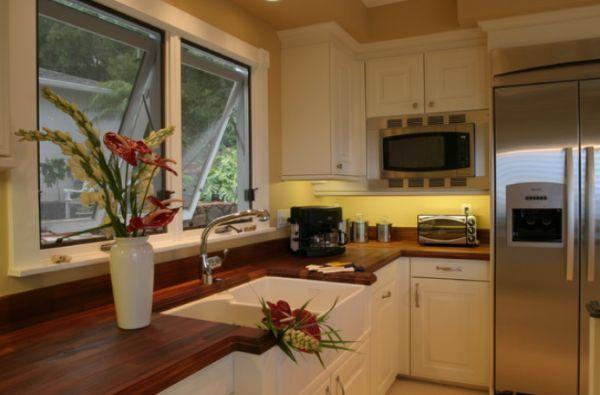 Столешница из натурального дерева в интерьере кухни