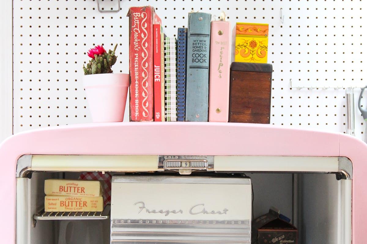 Яркий холодильник привлекает внимание