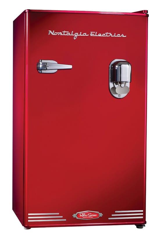Яркий холодильник среднего размера