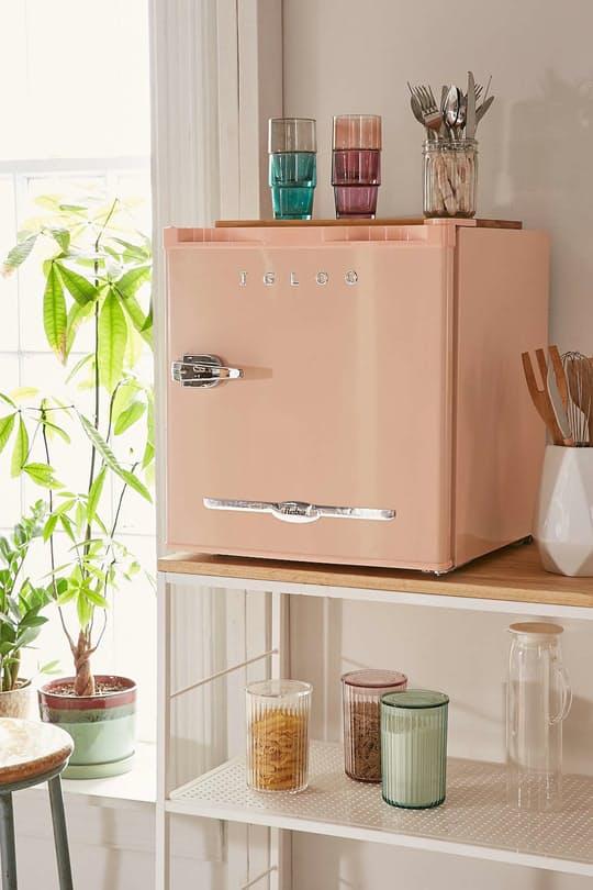 Яркий мини холодильник в интерьере
