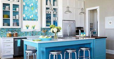 Яркие цвета в интерьере кухни: голубые оттенки