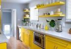 Серая столешница из мраморной крошки в дизайне кухни в жёлтой гамме