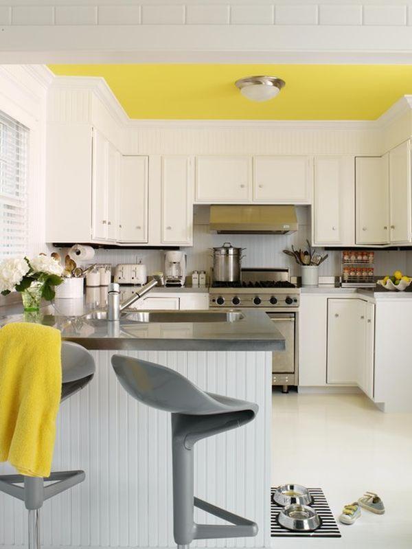 Жёлтый потолок в интерьере кухни
