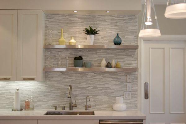 Настенные полки в интерьере кухни