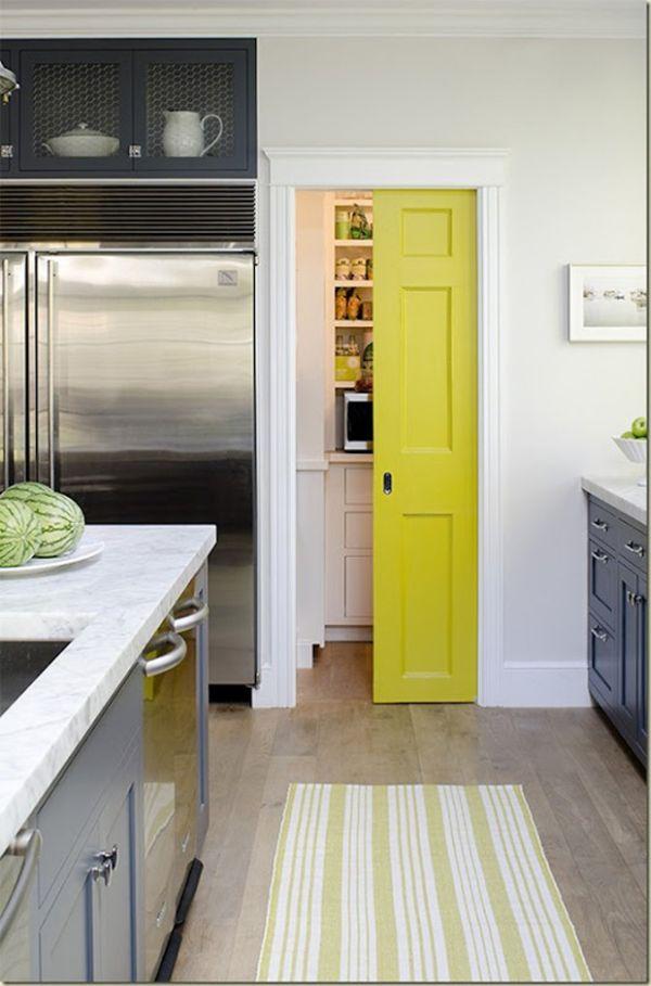 Светлая дверь в кухне