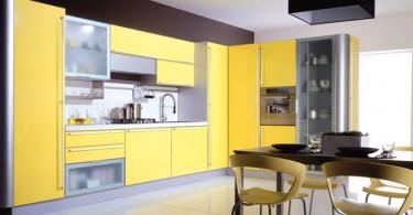 Яркий дизайн интерьера кухни в жёлтой гамме