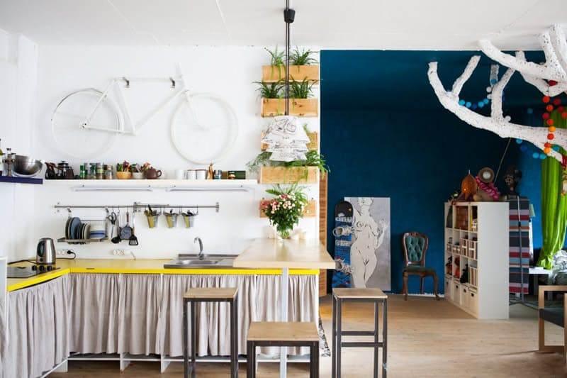 Занавески кухонных шкафов здесь выглядят привлекательно
