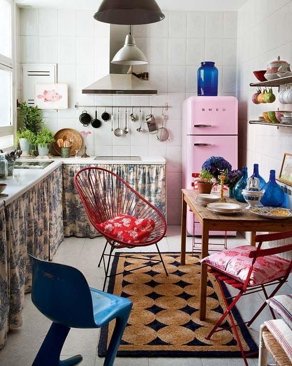 Занавески кухонных шкафов: мелкие складки подыгрывают розовому «кукольному» холодильнику и коврику