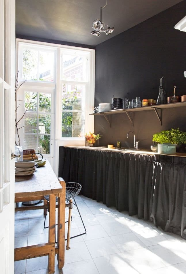 Немного угрюмые занавески кухонных шкафов