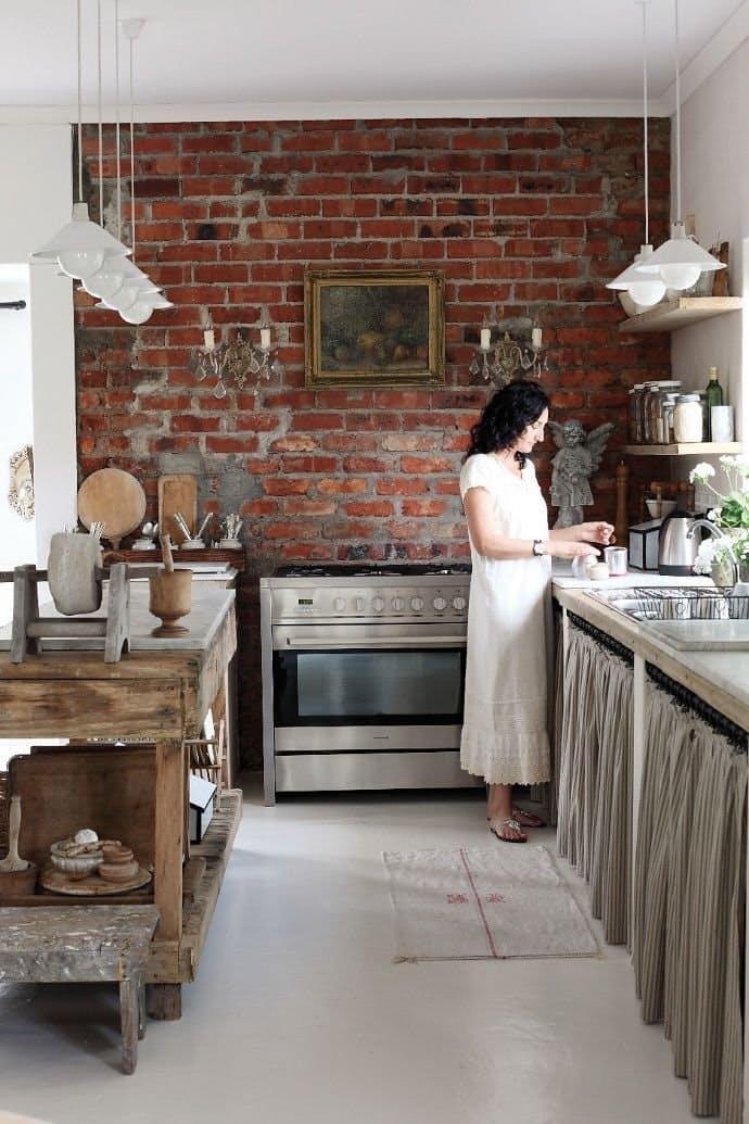Занавески кухонных шкафов: нежная фактура материи смягчает прямые углы мебели
