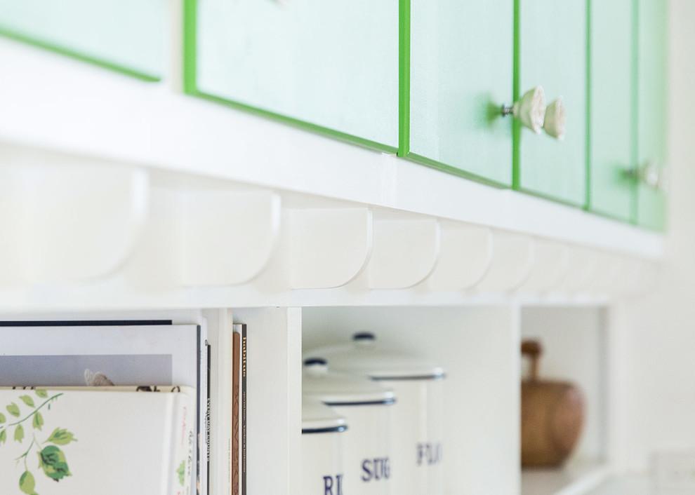 Белые полки в интерьере зелёной кухни