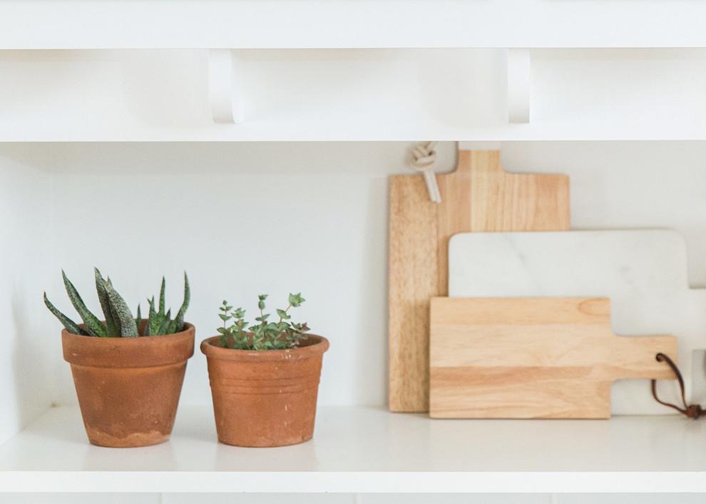 Коричневые глиняные горшочки в интерьере кухни