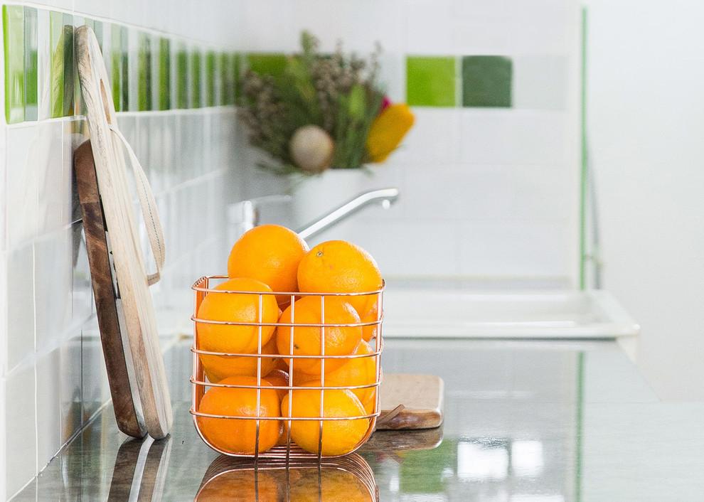 Зелёная столешница на кухонном гарнитуре в интерьере